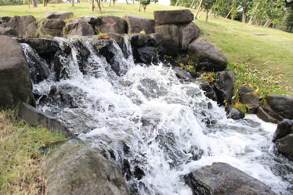 シャッタースピードを1/4000秒で撮影した流水をISO感度を2倍にして撮影。